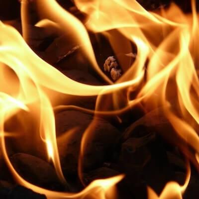 Brennende Holkohle